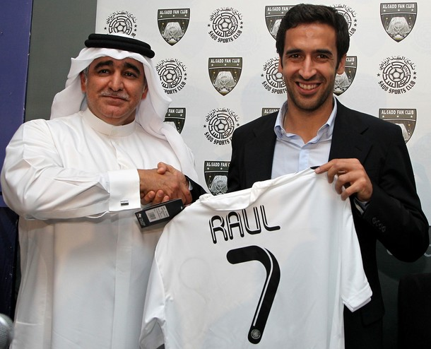 Spanish striker Raul shakes hands with Q