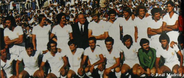 Santiago Bernabéu a Real Madrid játékosaival körülvéve